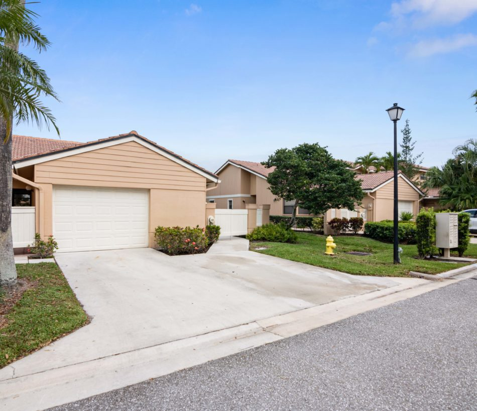 Just Listed | Pretty in PGA National | 521 Prestwick Circle